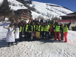 Photo de groupe de l'ensemble des participants au séjour de ski 2017, cuisiniers compris !