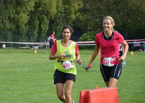 Mériam et Annick dans une course en ligne droite.