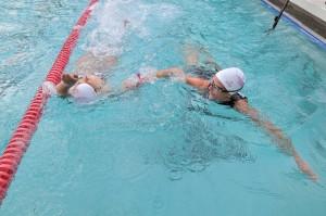 Mériam et Annick dans le bassin
