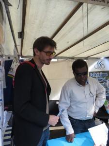 En milieu d'après-midi, visite d'Olivier Donval (à gauche) sur notre stand. Une bien belle rencontre pour convaincre le public des satisfactions apportées par le tandem handisport.
