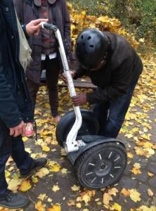 Candide prend en main ce nouvel objet roulant électrique avant de s'élancer guidé par Marie.